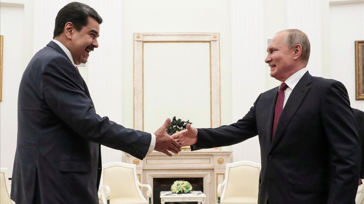 Maduro saluda a Putin durante su encuentro en el Kremlin, este miércoles.