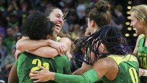 Maite Cazorla, de cara, celebra con sus compañeras de Oregón el pase a la final four
