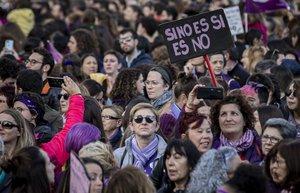 Manifestación del 8-M en Valencia, una de las concentraciones que critica el diario 'The Guardian' en su reportaje sobre las medidas que tomó España para evitar la propagación del coronavirus.