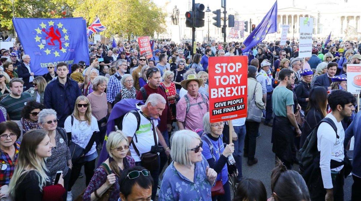 Manifestantes contrarios al 'brexit' marchan por Trafalgar Square, en Londres.