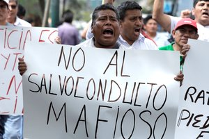 Manifestantes protestan contra el ex presidente peruano cerca de la residencia del embajador uruguayo en Perú.