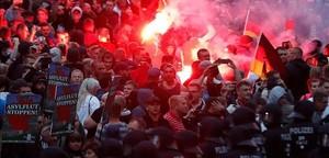 Manifestantes ultras se enfrentan a la policía en la ciudad de Chemnitz.