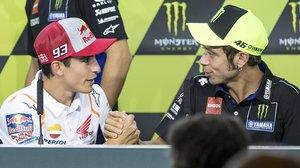 Marc Márquez (Honda), a la izquierda, ha sido el primero, hoy, en Brno, en estrechar la mano de Valentino Rossi (Yamaha).