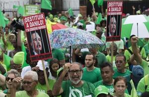 Manifestantes en Santo Domingo en la marcha contra la corrupción, impunidad y para reclamar justicia en el caso de la constructora brasileña Odebrecht.