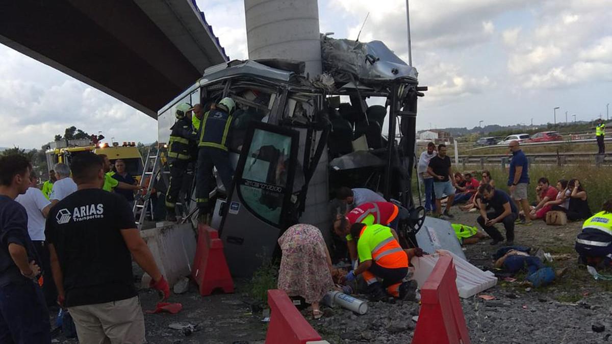 Al menos cuatro muertos en un grave accidente de autobús en Avilés.
