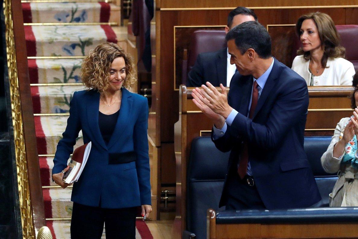 Meritxell Batet, aplaudida por Pedro Sánchez, tras ser elegida presidenta de la Mesa del Congreso.