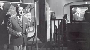 El malogrado meteorólogo Fernando Medina, en una foto histórica de su etapa en TVE en los primeros años de la televisión en España.