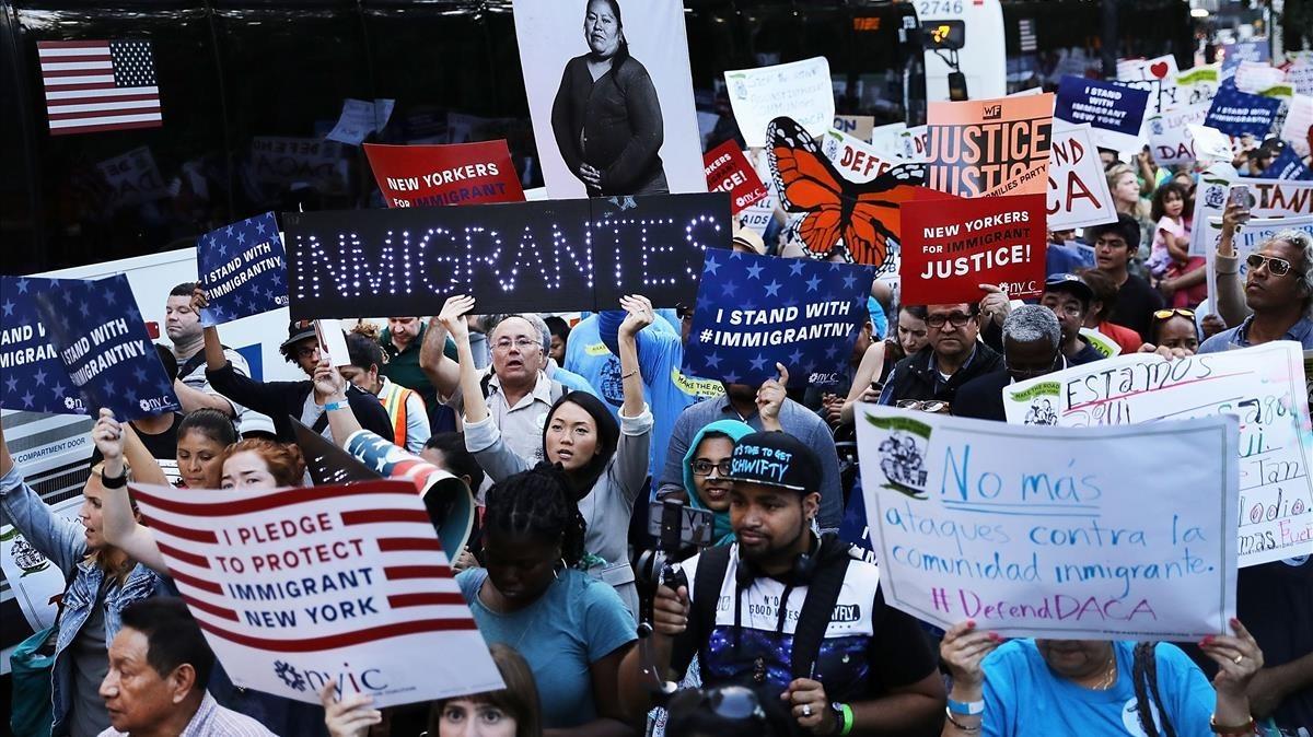 Cientos de manifestantes en una marcha a favor del programa DACAen Nueva York.