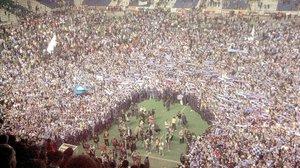 Miles de seguidores del Depor se lanzaron al campo, en mayo del 2020, para celebrar el título de Liga.