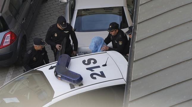 Montserrat González, la presunta asesina de la presidenta de la Diputación de León, es introducida en un furgón policial para ser trasladada a los juzgados, este miércoles.
