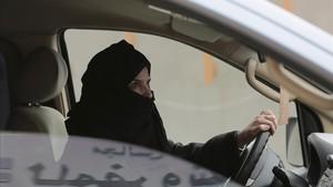 Aziza al-Yousef, una de las activistas detenidas,conduce de forma clandestinaun vehículo por una autopista de Riad.