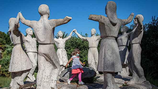 Mutilan las manos a ocho figuras del monumento a la sardana en Montjuïc.