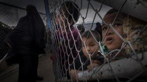 Niños y mujeres en un campo del EI en Siria.