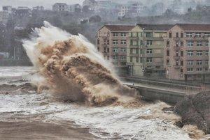 Olas gigantes se aproximan a edificios de Taizhou, en la provincia china de Zhejiang, afectada por el tifón 'Lekima', este sábado.