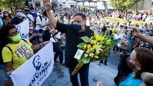 Oriol Junqueras saluda a vecinos de Sant Vicençdels Horts, el viernes, tras salir de la cárcel.