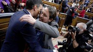 Pablo Iglesias, saludando a Pedro Sánchez tras la investidura.