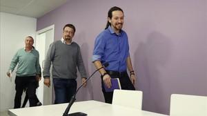 Pablo Iglesias, Xavier Domènech y Joan Baldoví entran en la rueda de prensa en la sede de Princesa, en Madrid.
