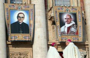 Carteles con las imágenes de Pablo VI y el arzobispo Romero, hoy en El Vaticano.