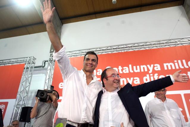 El líder del PSOE, Pedro Sánchez , acompañado del líder de los socialistas catalanes, Miquel Iceta, en Tarragona