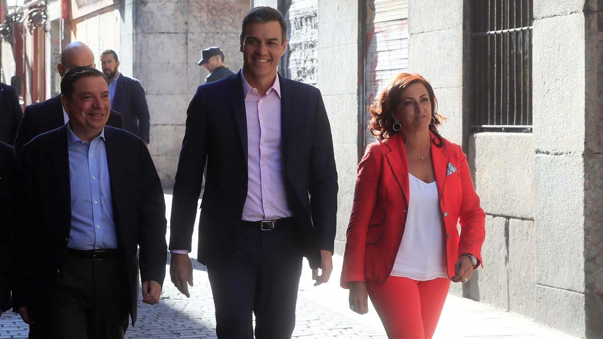 Pedro Sánchez se reúne con representantes de las cooperativas y las organizaciones agrarias.