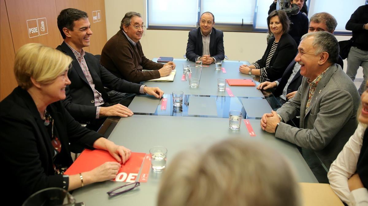 El secretario general del PSOE, Pedro Sánchez, y los lìeres de UGT y CC.OO Pepe Álvarez y Unai Sordo, en la reunión celebrada hoy.