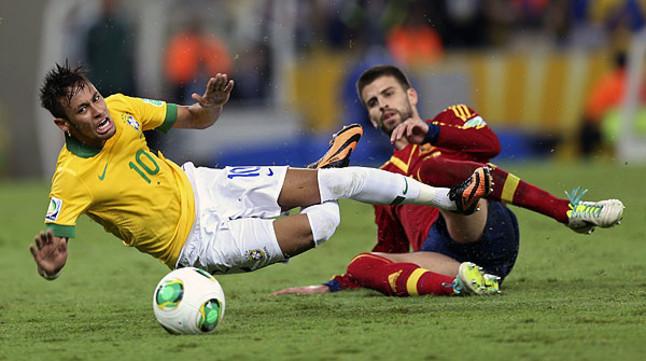 Piqué derriba a Neymar, acción que motiva su expulsión