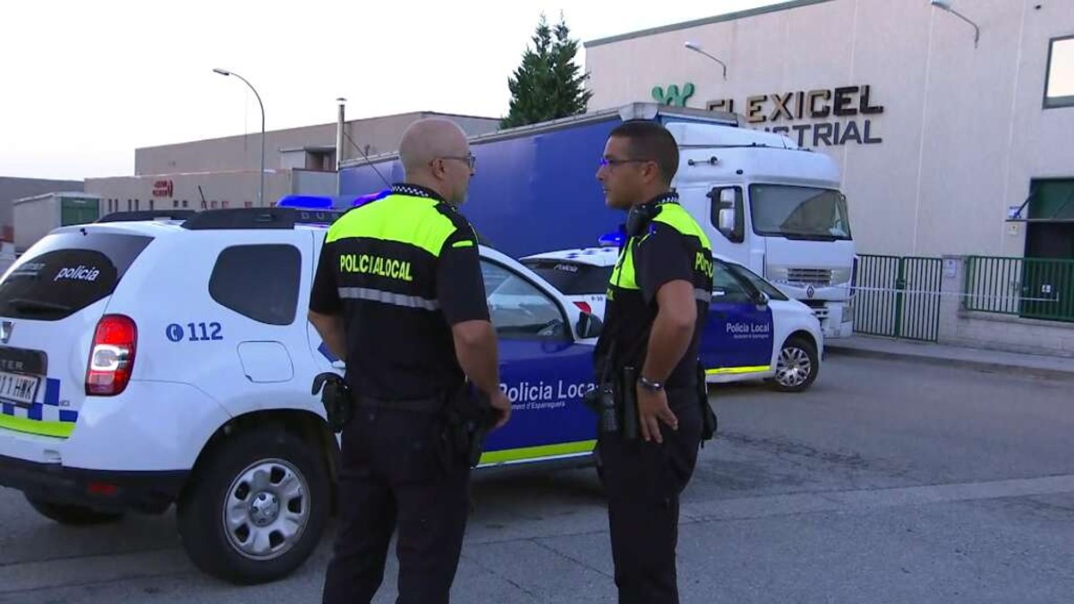 Agents de la policia local, al polígonCan Comelles dEsparreguera.