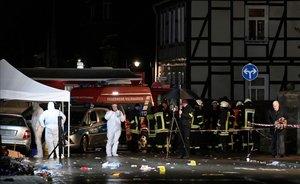 La policía toma muestras en el escenario del atropello mortal cerca de Kassel (Alemania).