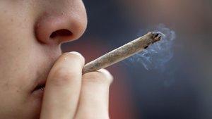Un joven se fuma un porro durante una concentración a favor de la legalización de la marihuana.
