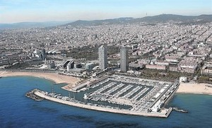 El Port Olímpic.Vista aérea de la costa catalana. .
