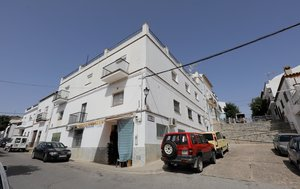 El edificio en cuya segunda planta estaba la vivienda en la que hacinaban a los futbolistas explotados en Prado del Rey (Cádiz). En la azotea a veces entrenaban los cautivos durante el confinamiento.