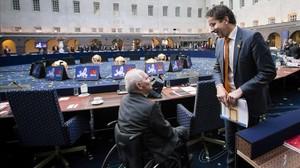 El presidente del Eurogrupo, Jeroen Dijsselbloem, conversa con el ministro alemán de Finanzas, Wolfgang Schaeuble, durante la reunión informal de los ministros de Economia y Finanzas de la Union Europea en Amsterdam.