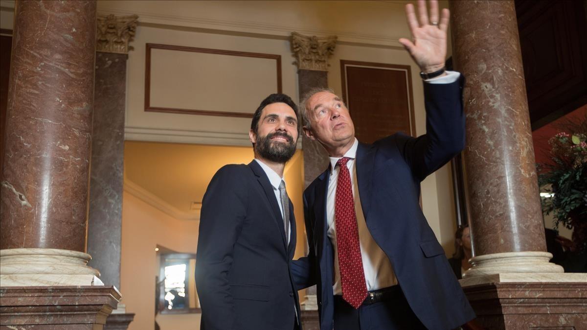 El presidente del Parlament, Roger Torrent, con el presidente del círculo de directivos de habla alemana, Albert Peters, el 6 de marzo, en el acto del Círculo Ecuestre.