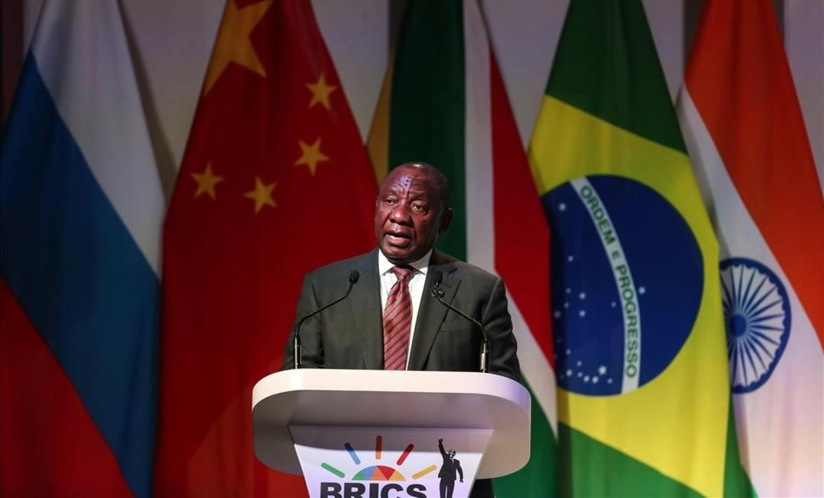 El presidente sudafricano Cyril Ramaphosa pronuncia un discurso durante la cumbre de los BRICS en Johannesburgo, Sudáfrica.
