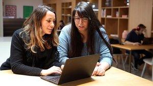 Katrina Walker y Almudena Canalejo, en la academia de programación para mujeres CodeOp.