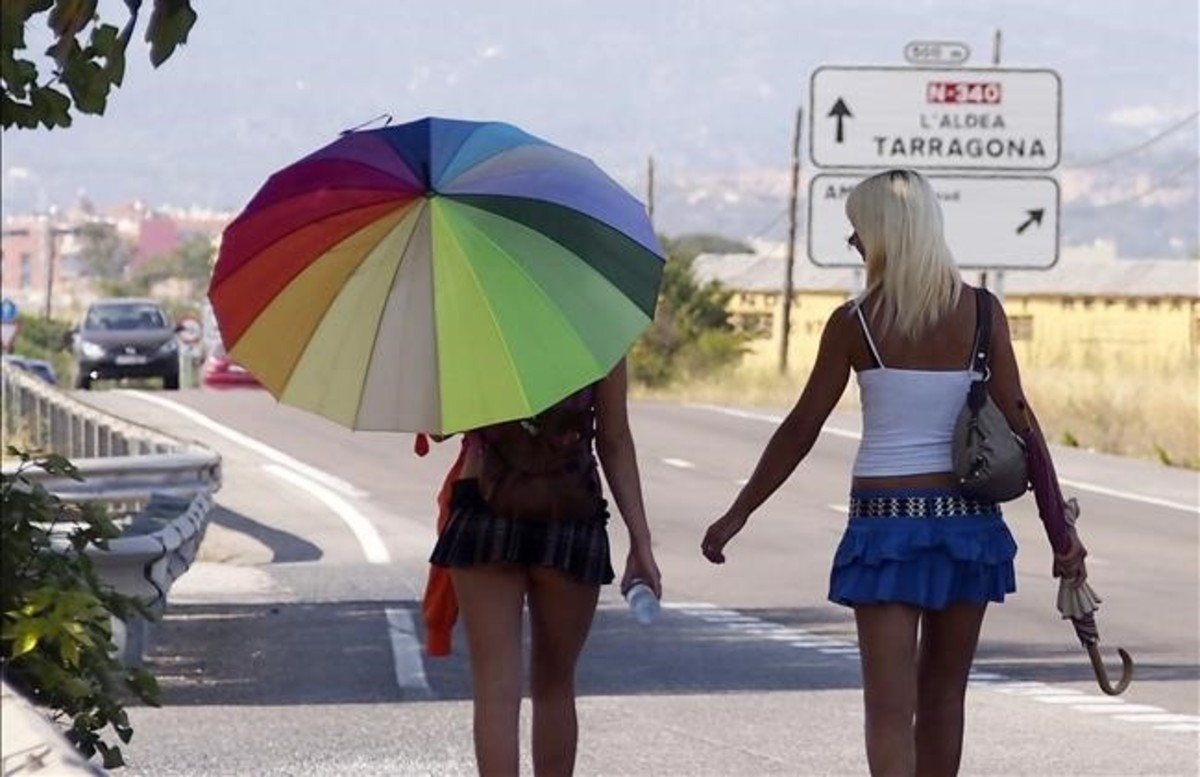 Dos trabajadoras del sexo en la N-340, en las proximidades de Amposta, la pasada semana.
