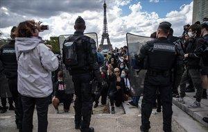 Protesta en París por la muerte de George Floyd en EEUU a manos de la policía.