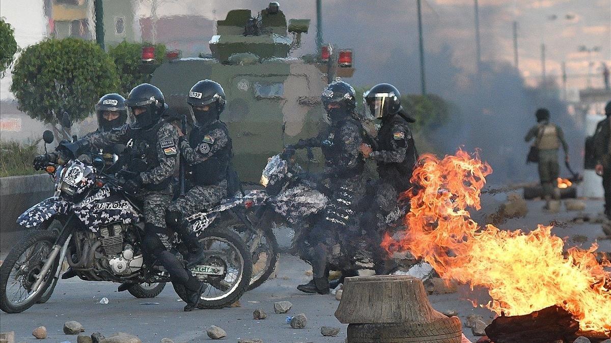 Militares y policía se enfrentan a cocaleros partidarios del expresidente Evo Morales el lunes en la localidad de Sacaba.