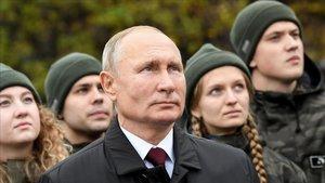 Putin y un grupo de jóvenes participan en un acto en la Plaza Roja de Moscú ayer miércoles.