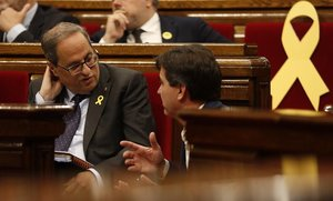 El 'president' de la Generalitat, Quim Torra, en el Parlament, junto al portavoz de ERC, Sergi Sabrià.