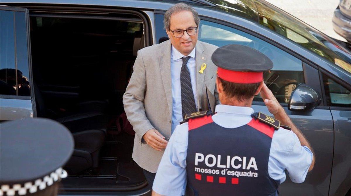 Quim Torra recibido por los Mossos a su llegada a Girona.
