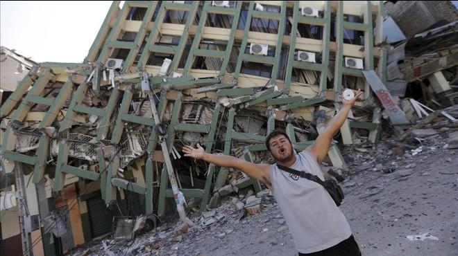 Carrera contra reloj en Ecuador para rescatar a los supervivientes del seísmo