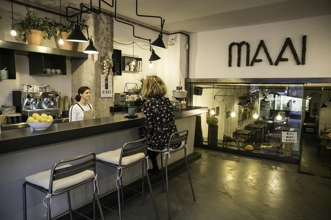 La barra a la entrada del restaurante Maai.