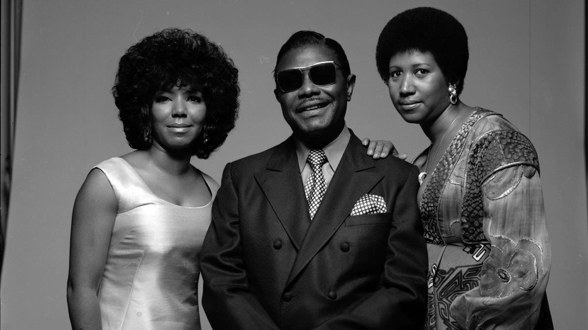 El reverendo C.L. Franklin, en 1971, entre sus hijas Carolyn y Aretha.