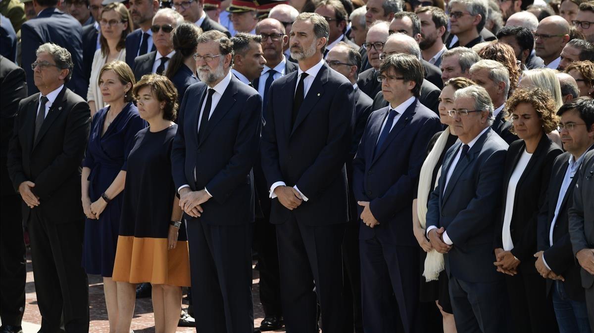 Su majestad elRey, Rajoy, Puigdemont, Colau y otras autoridades durante el minuto de silencio en Barcelona.