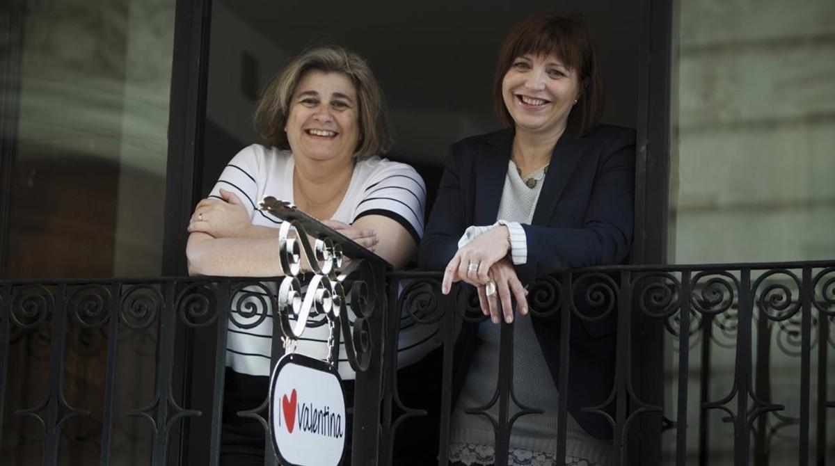 Empar Marco (derecha) junto a la también periodistaEsperanza Camps, con quien escribió el libro Vertigen, en el que novelaban el cierre de RTVV.