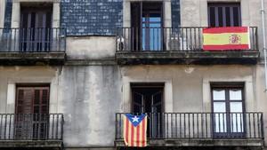 Una 'estelada' y una bandera de España, en balcones de Barcelona.