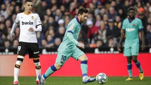 Rodrigo y Messi, en el Valencia-Barça del pasado sábado. Sus caminos no se juntarán.