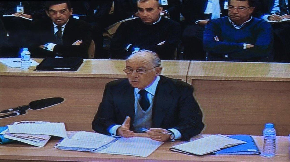Fotografia del monitor de la sala de prensa de la sede de la Audiencia Nacional en San Fernando de Henarescon la declaracion del expresidente de Bankia Rodrigo Rato.