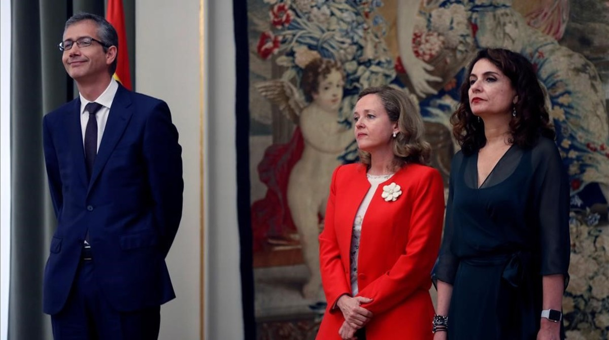 Las ministras de Economía, Nadia Calviño, y de Hacienda, Maria Jesús Montero, en la toma de posesión del nuevo gobernador del Banco de España, Pablo Hernández de Cos, en junio.